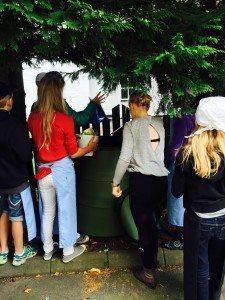 Komposterande skolungdomar